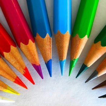 Bunte Stifte symbolisieren verschiedene Genres